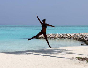 Luxusreisen - Sprung am Strand Malediven