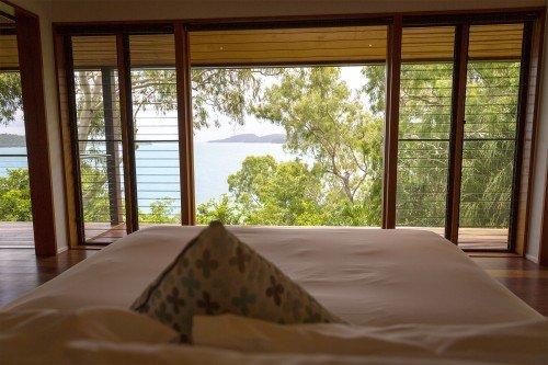Blick vom Bett auf die Whitsunday Islands.
