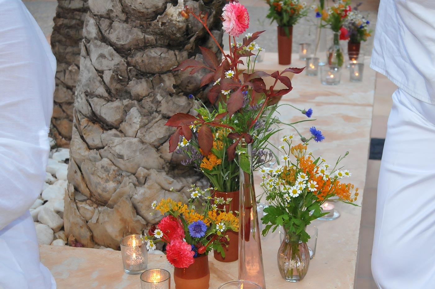 Blumendekoration im Fincahof