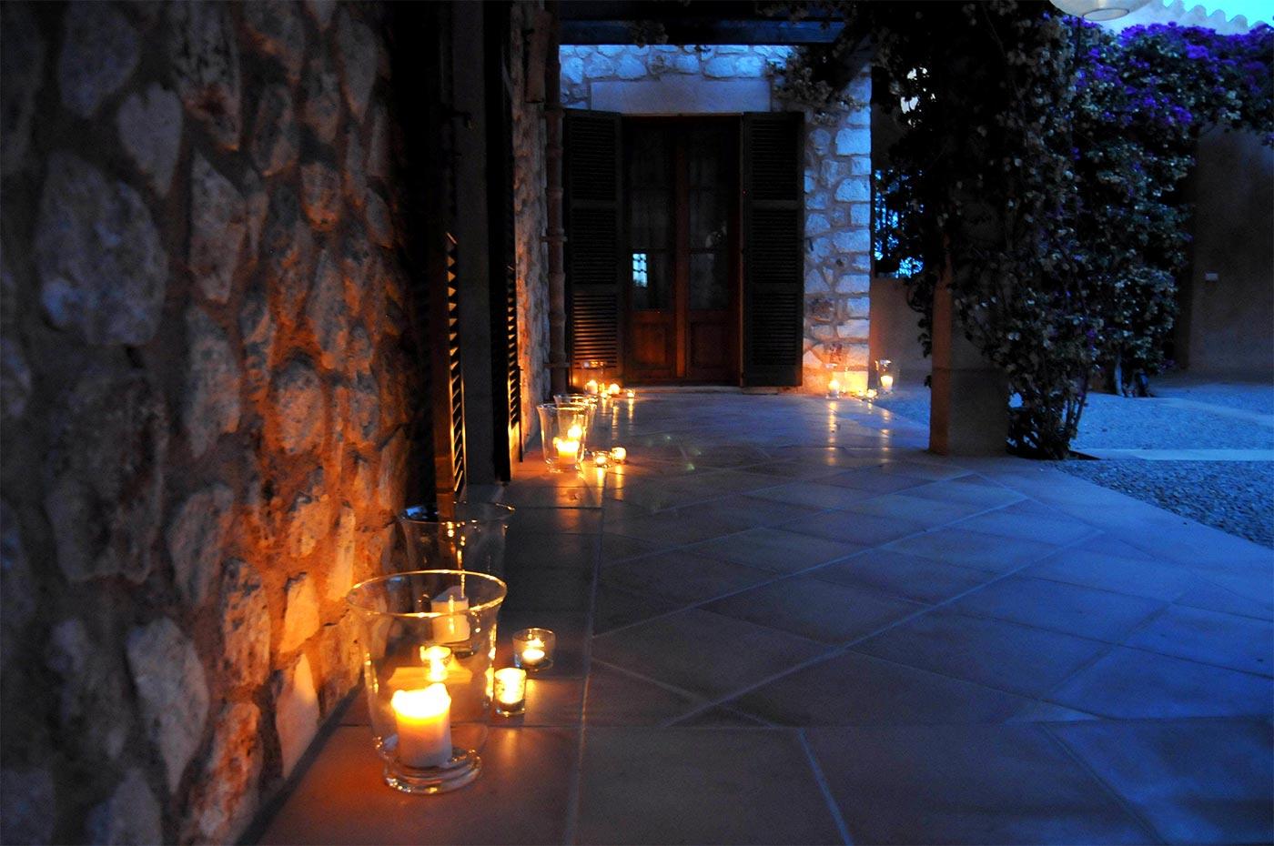 Kerzenschein im Innenhof