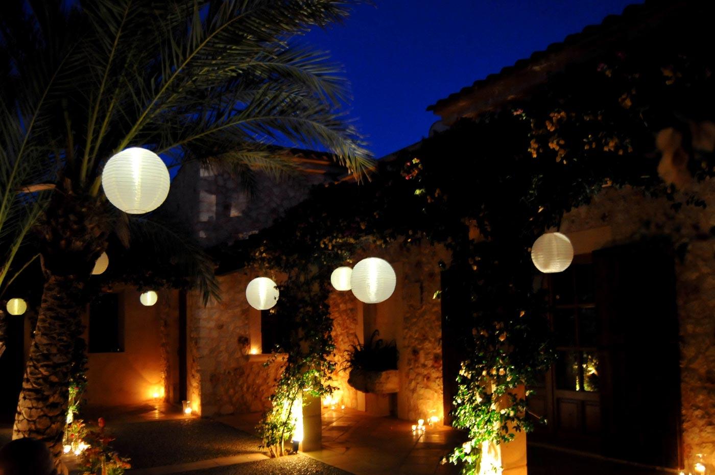 Der Innenhof mit Lampions und Kerzen bei Nacht.