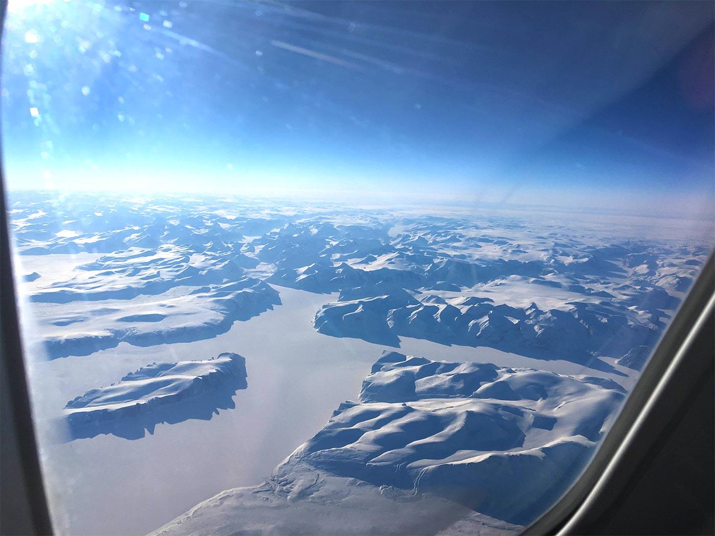 Ausblick auf die schneebedeckten Berge in Alaska.