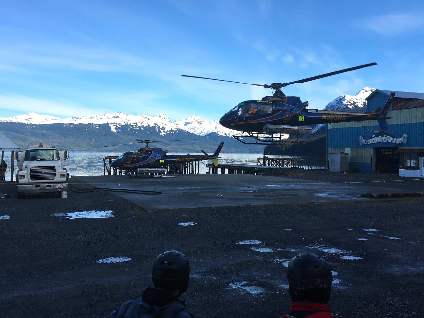 Helikopter bringt die Skiifahrer zum Heliskiing in die Berge