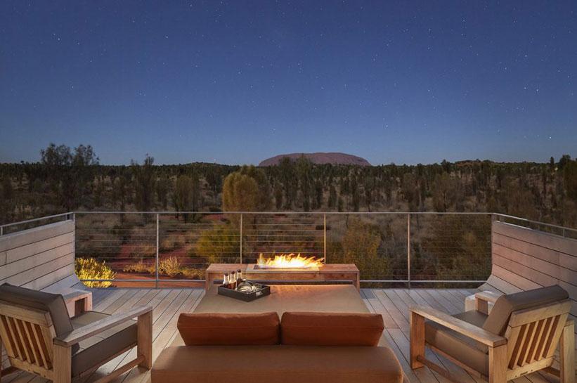 Terrasse mit Blick auf Uluru bei Nacht