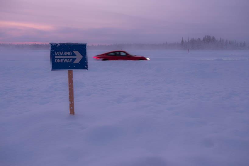 Porsche 911 fährt durch den Schnee