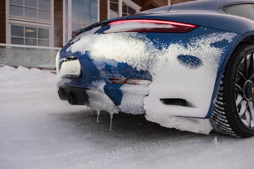 Porsche mit Eiszapfen am Heck beim Camp 4