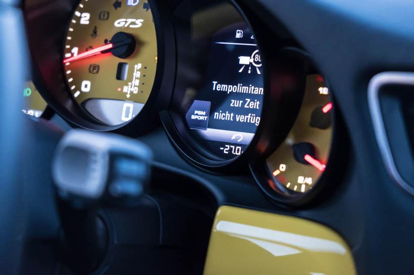 Porsche Camp 4 Temperaturanzeige im Auto Minus 27 Grad