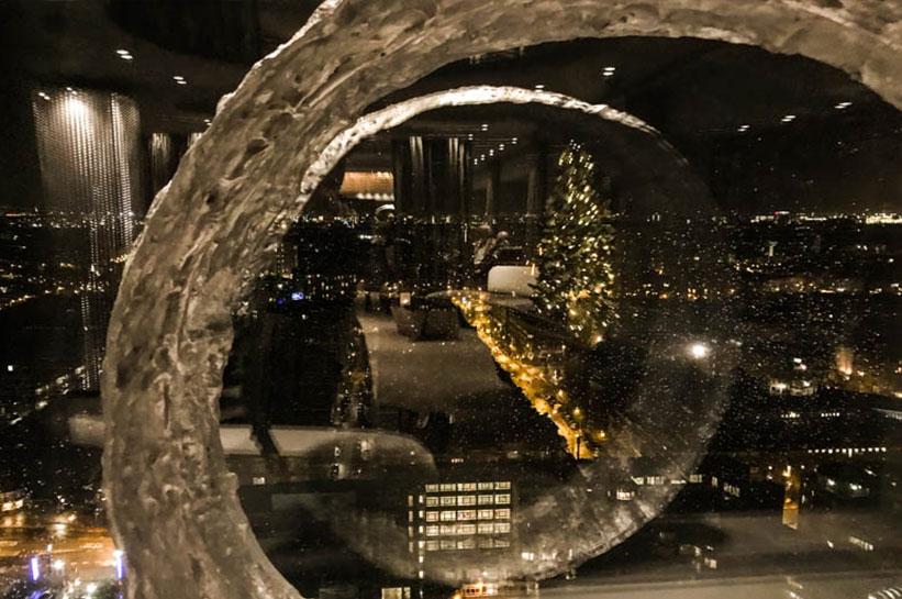 Blick auf das nächtliche und winterliche Amsterdam