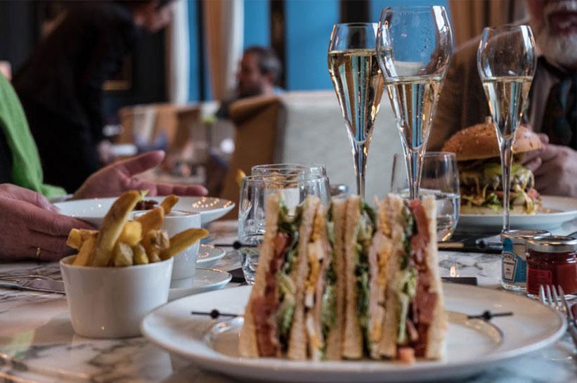 Clubsandwich und Champagner im Waldorf Astoria