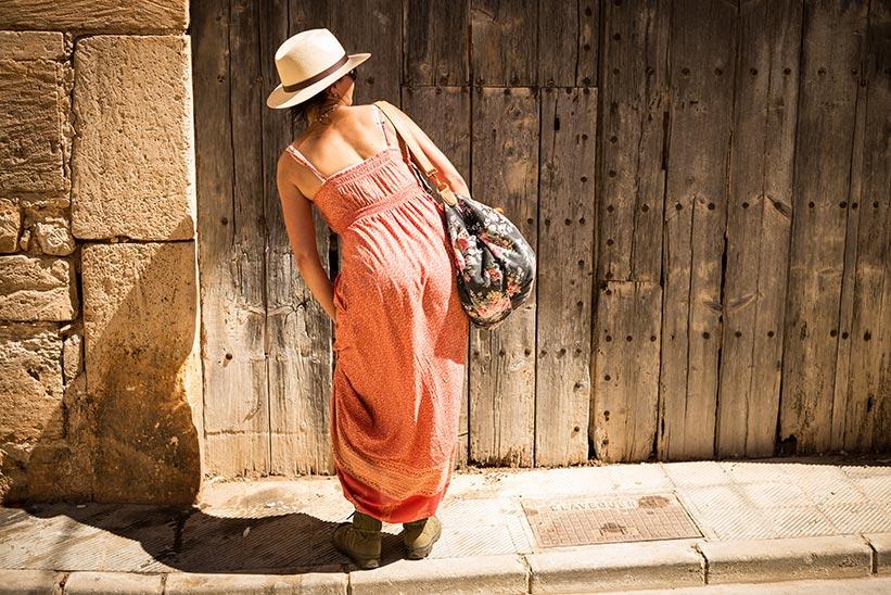 Leica M Objektiv : Mallorca Frau vor Tür