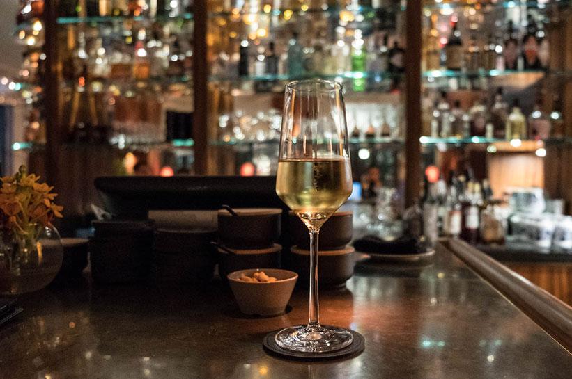 Orania Berlin Bar und Glas Champagner