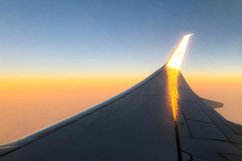 Langstreckenflug Tricks für entspanntes reisen. Sonnenaufgang im Flieger