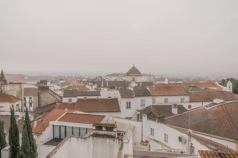 Evora Stadt im Nebel