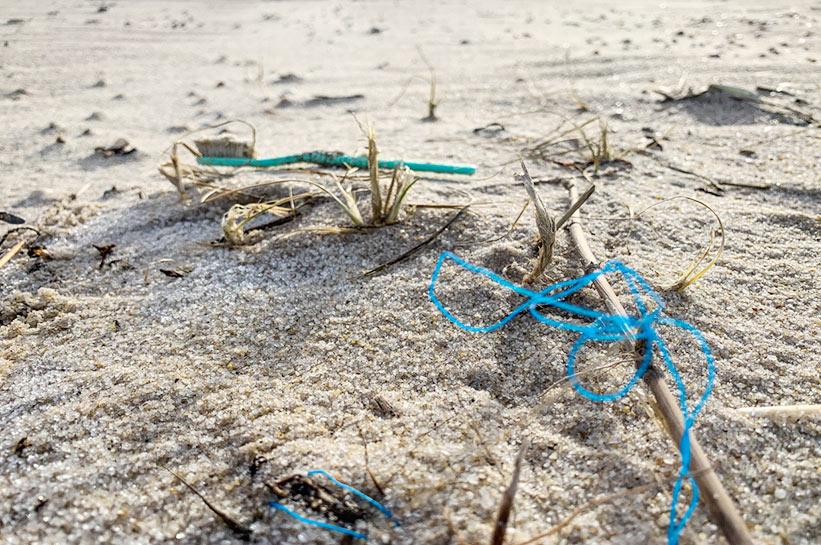 Beach Cleanup - Plastikmüll im Sand