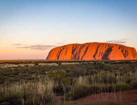 Outback Australien Sehenswürdigkeiten Uluru im Sinnenuntergang