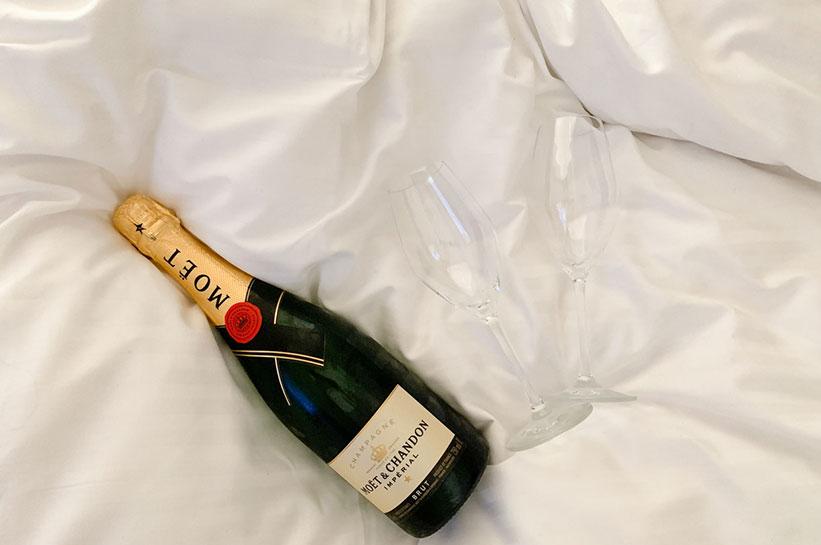 Champagner im Bett