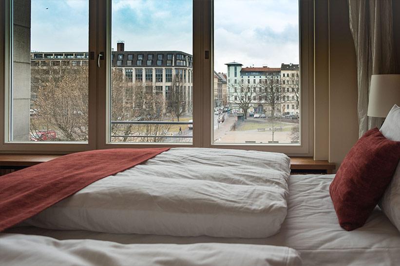 Hotelbett mit Blick auf Berlin.