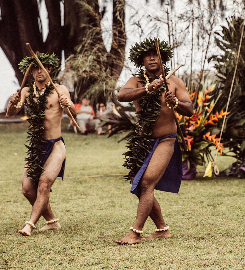 Männer beim Hula Tanz auf Hawaii