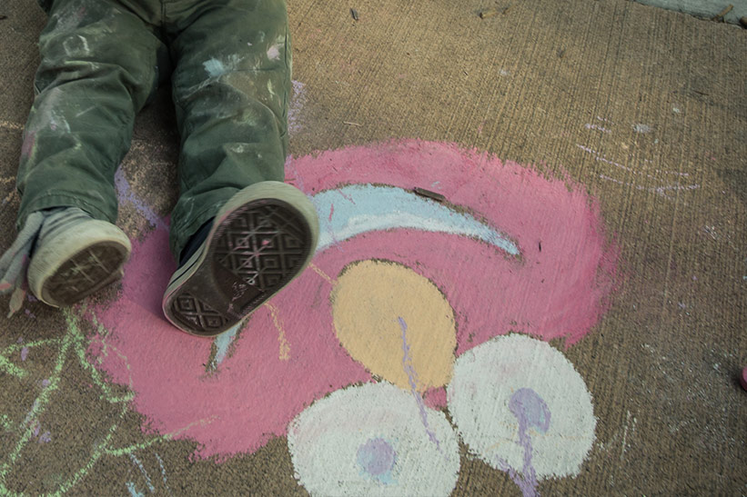 Kind auf Roadtrip: Malen auf der Straße