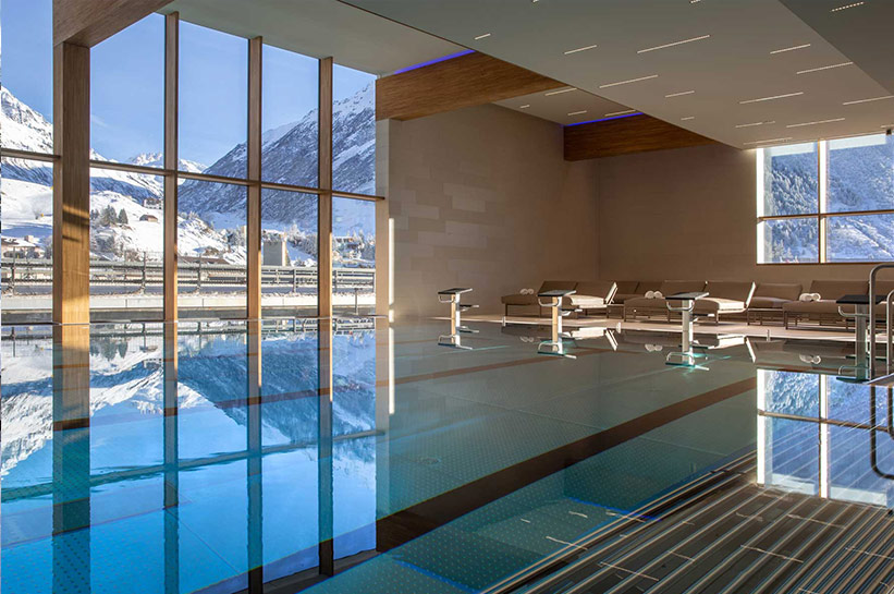 Pool mit Blick auf Alpen Radisson Blu Reussen