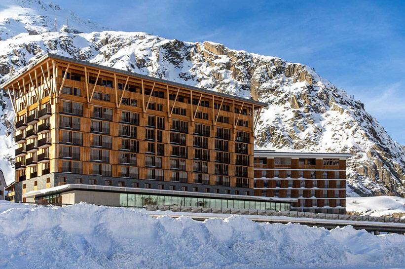 Hotel vor Berglandschaft Radisson Blu Reussen