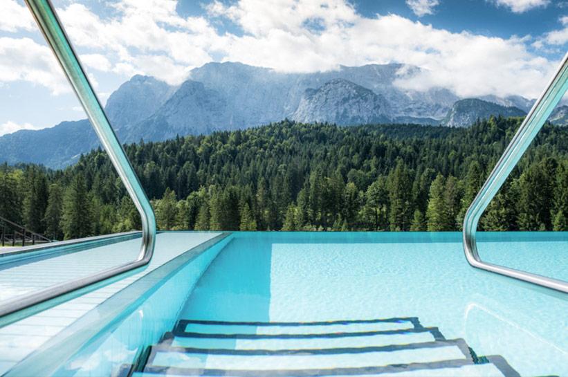 Pool mit Blick auf die Berge Schloss Elmau